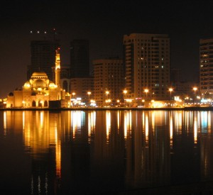 "Sharjah<br><span class=""cc-link""><a href=""http://www.flickr.com/photos/pejmanphotos/7151752/"" target=""_blank"">Autor:Pejman Parvandi</a><a href='http://creativecommons.org/licences/by-nd/3.0'>&nbsp;<img class=""cc-icon"" src=""mods/_img/cc_by_nd-small.png""></a></a></span>"
